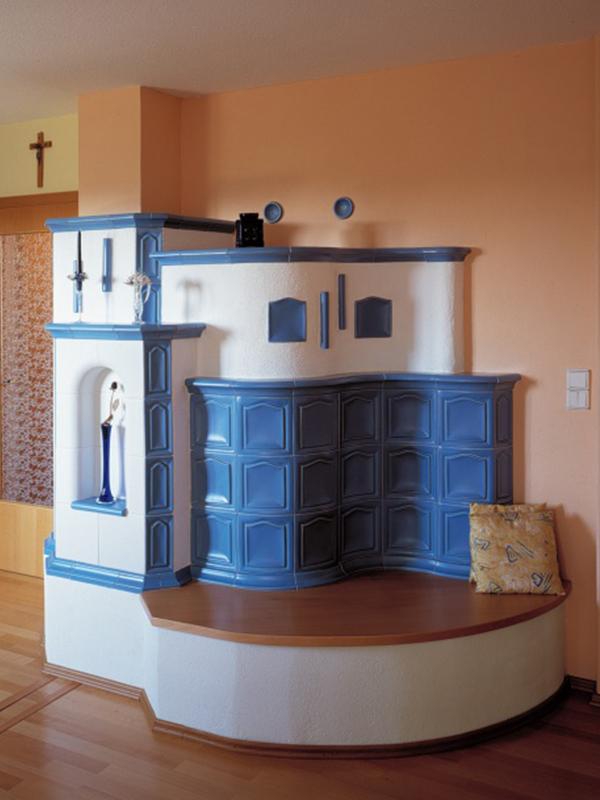 klassik stílusú kék színű 7 kW-os kandalló padrésszel