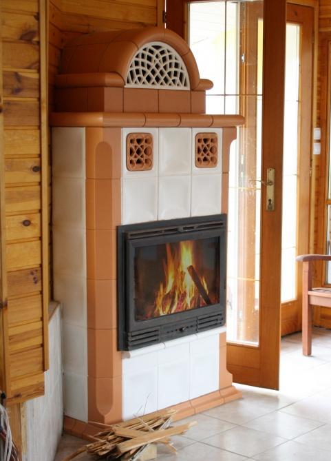 klassik stílusú alabástrom és terrakotta színű kandalló