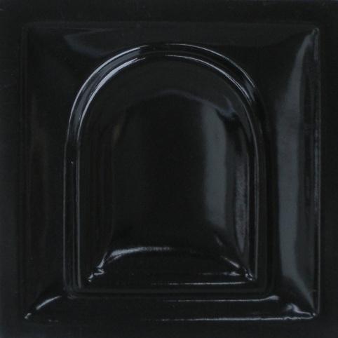 fényes fekete színű máz