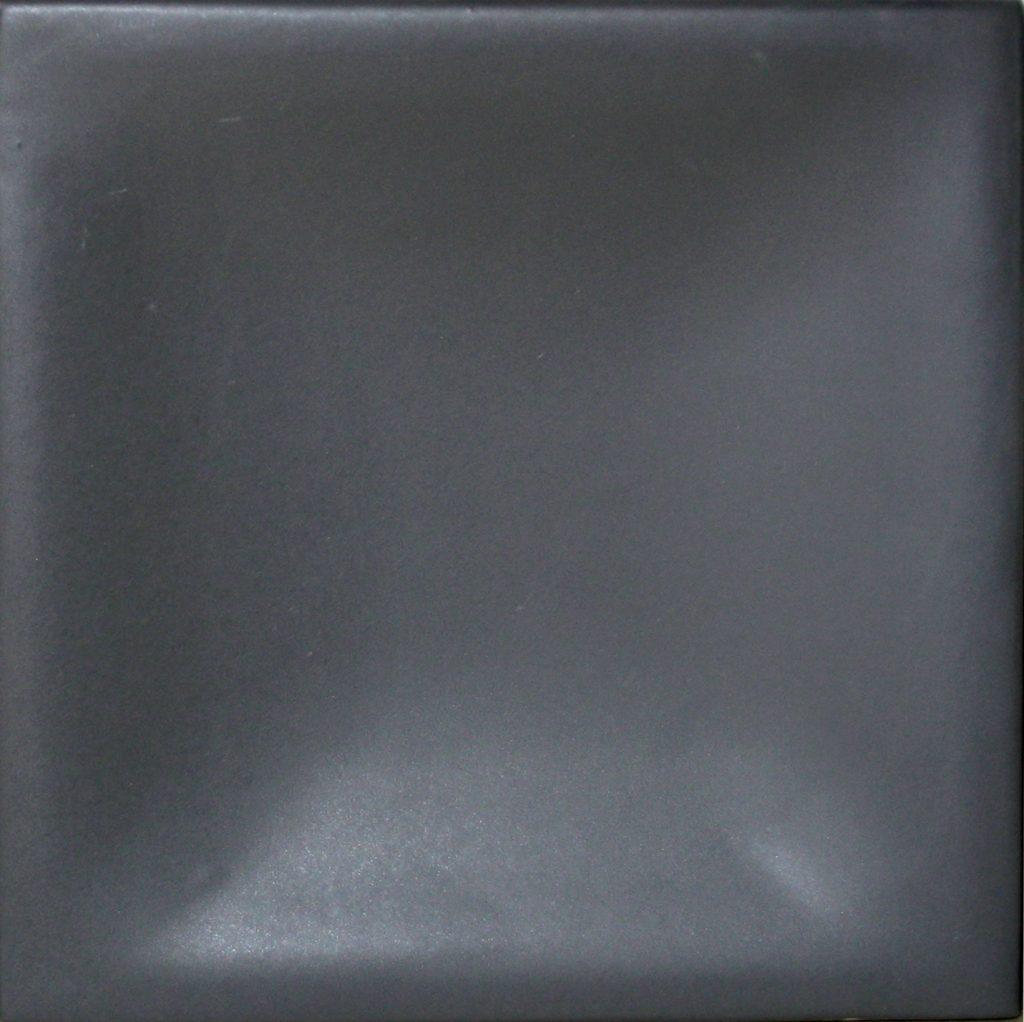selyemmatt sötétszürke színű máz